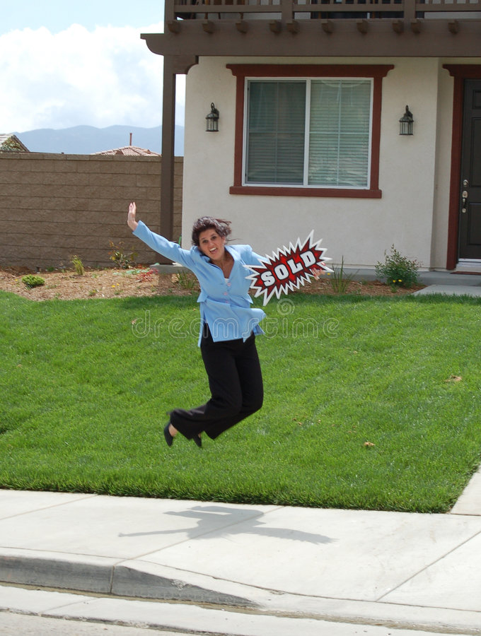 L'agente immobiliare che salta - venduto a casa! fotografie stock libere da diritti