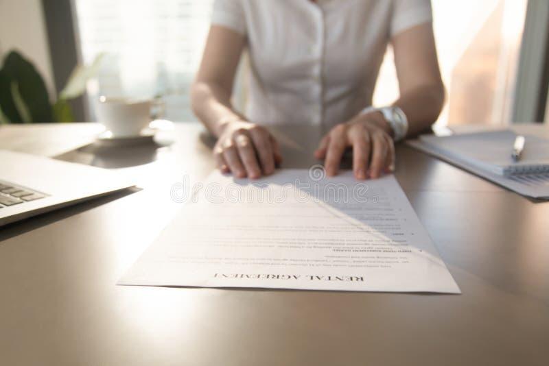 L'agente immobiliare offre il cliente per firmare l'accordo locativo, closeu fotografia stock