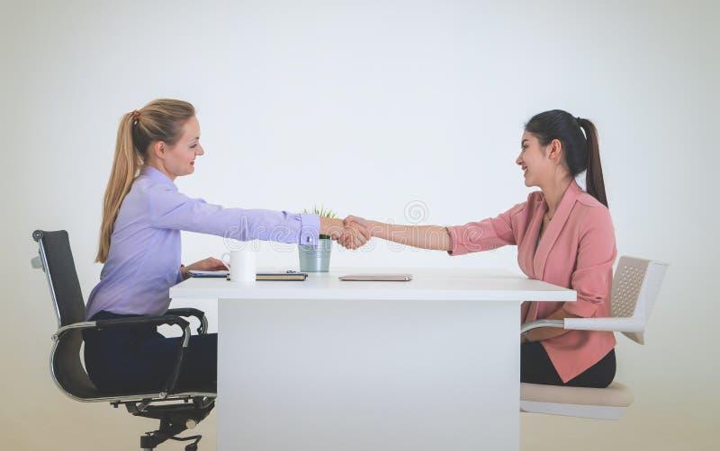 L'agitazione della donna di affari consegna un affare o un'intervista di lavoro di successo fotografia stock