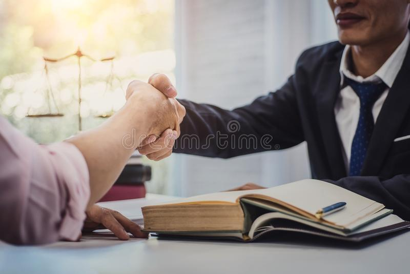 L'agitazione maschio dell'uomo e dell'uomo d'affari dell'avvocato consegna la tavola dopo la discussione dell'accordo di contratt fotografia stock