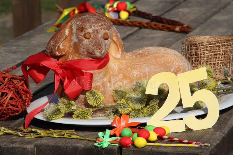 L'agneau de Pâques avec le numéro 25 a servi sur une table de vintage photographie stock