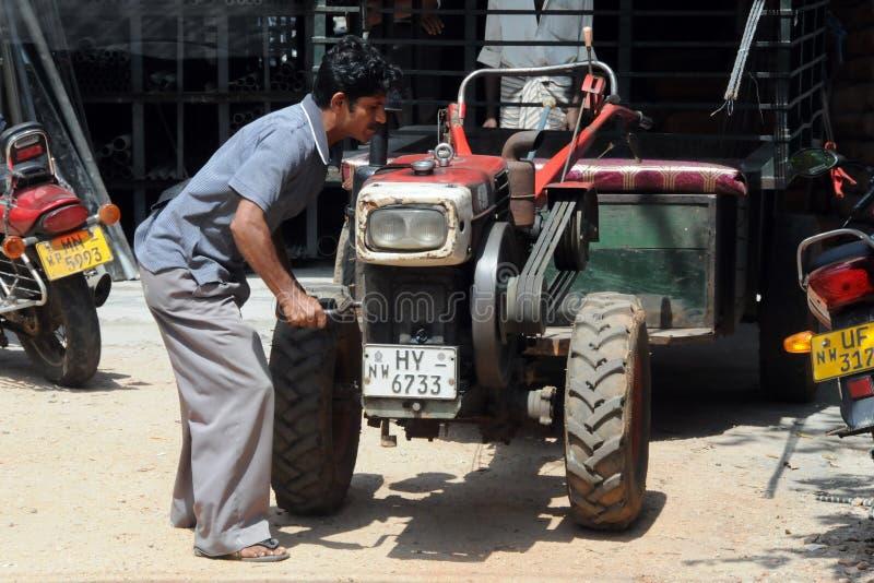 L'agricoltore con il mini trattore sull'isola del Ceylon immagine stock libera da diritti