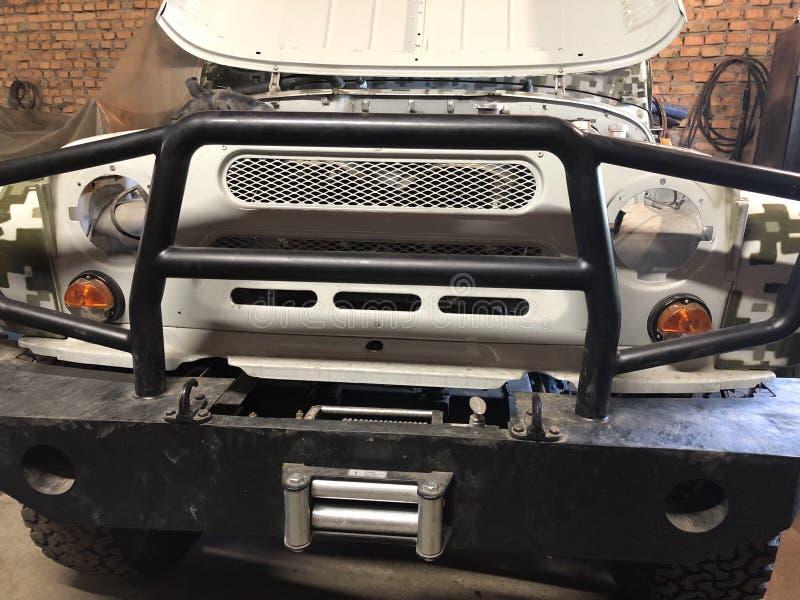 L'agriculteur attend quand il fait sa voiture, des réparations il dans la salle abandonnée photo libre de droits