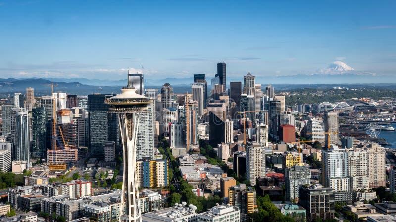 L'aiguille de l'espace devant Seattle urbain du centre Washington images stock