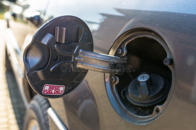 L'aileron ouvert de remplisseur de carburant avec le mot GAZOLE SEULEMENT, le bouchon de réservoir d'essence est fermé images libres de droits