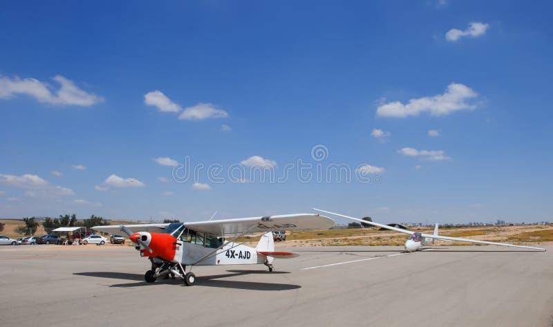 L'aiplane superbe du joueur de pipeau PA-18-150 CUB dans l'aéroport de Sde-Teyman photos stock