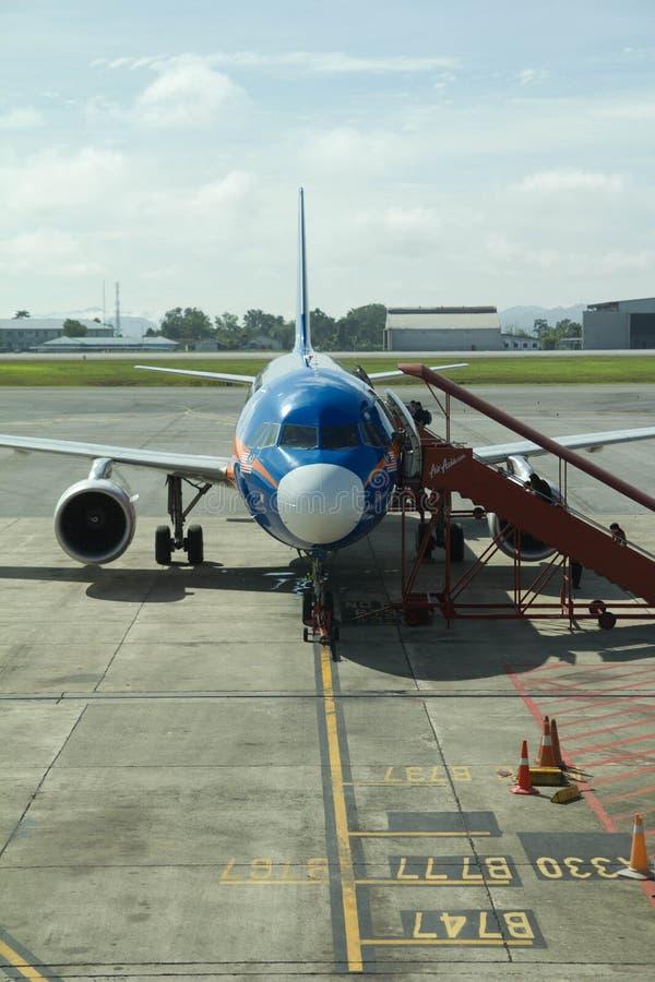 L'Airbus A320 di Air Asia con livrea blu malese unica all'aeroporto di Kuching, Malesia fotografia stock