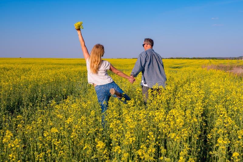 L'ajouter joyeux aux bras ouverts marche par le champ photos libres de droits