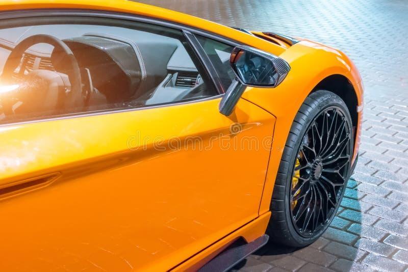 L'ala anteriore e la ruota dell'automobile sono un supercar, alla notte in un parcheggio nella città fotografie stock libere da diritti