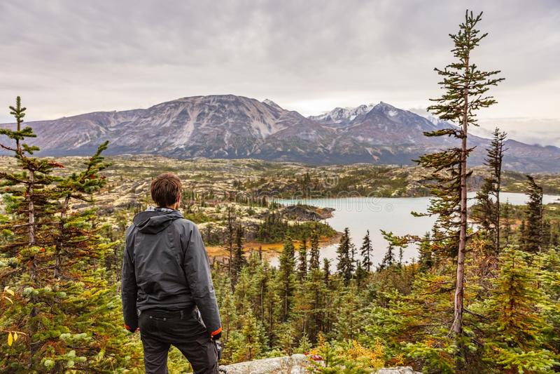 L'Alaska che fa un'escursione stile di vita all'aperto di viaggio dell'uomo, giovane viandante del viaggiatore al paesaggio delle immagini stock libere da diritti