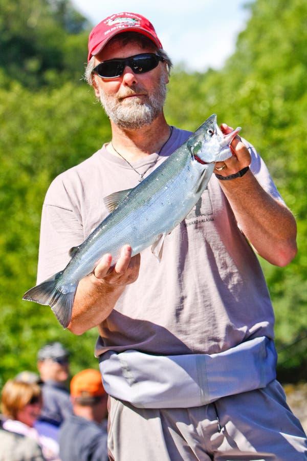 l'Alaska - guide de pêche avec des saumons de saumon rouge image stock