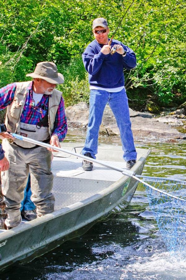 l'Alaska - guide de pêche d'homme avec le réseau photos stock