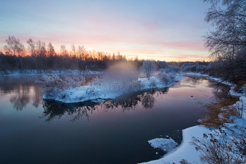 L'alba del fiume di inverno immagine stock libera da diritti