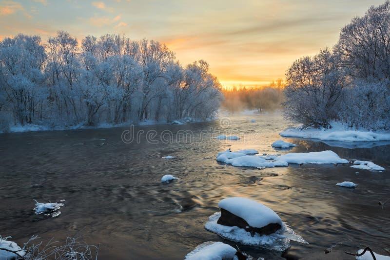 L'alba del fiume di orario invernale fotografia stock libera da diritti