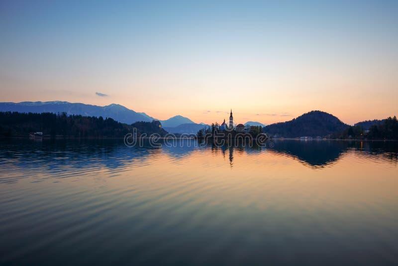 L'alba di stupore nel lago ha sanguinato fotografia stock