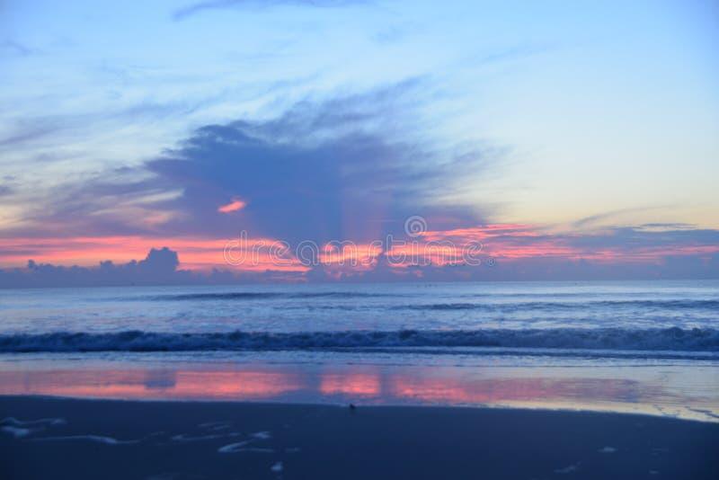 L'alba porta una pletora di colori pastelli al cielo di mattina immagini stock libere da diritti