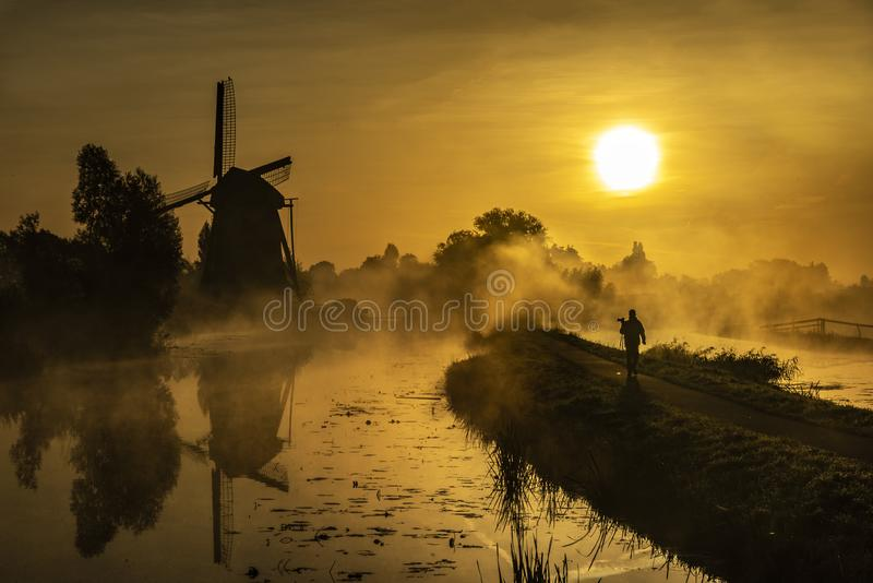 L'alba riscalda l'acqua del canale nella foschia immagini stock