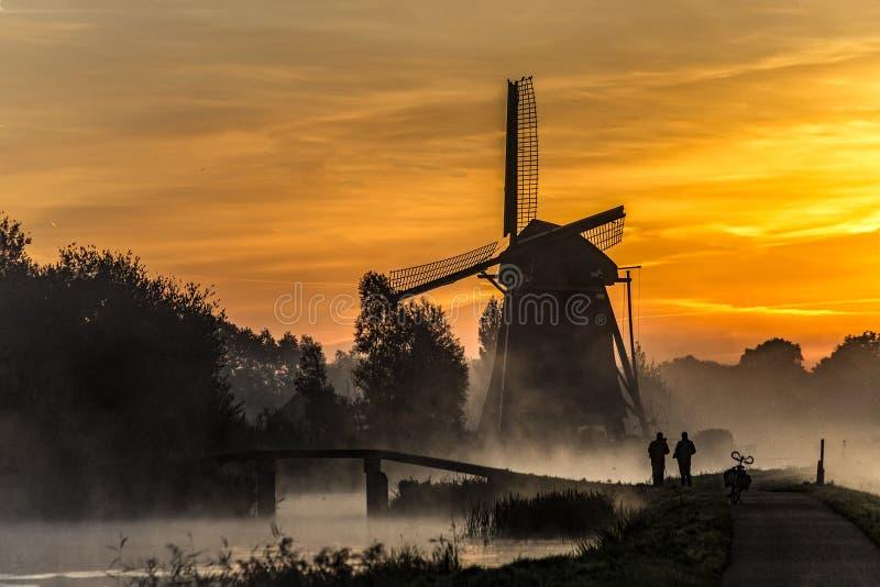 L'alba riscalda l'acqua del canale nella foschia fotografia stock libera da diritti