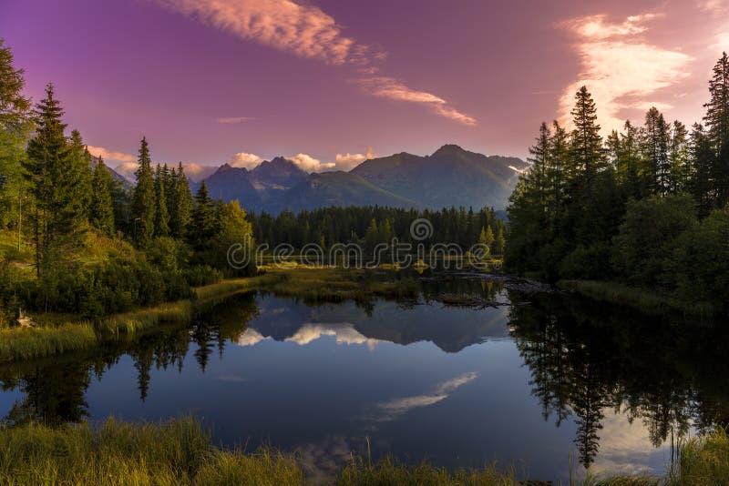 L'alba sopra un lago fotografie stock libere da diritti