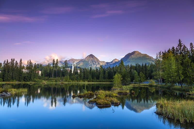 L'alba sopra un lago nel parco alto Tatras fotografia stock libera da diritti