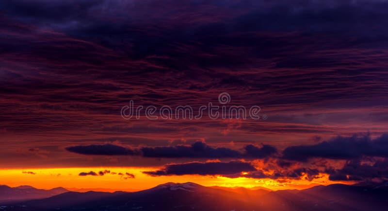 L'alba stupefacente in montagne con bei paesaggio e colorfull si appanna immagini stock