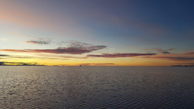 L'alba su Salar de Uyuni sommerso, Bolivia fotografia stock libera da diritti