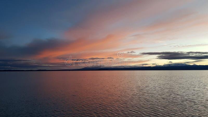 L'alba su Salar de Uyuni sommerso, Bolivia immagine stock libera da diritti