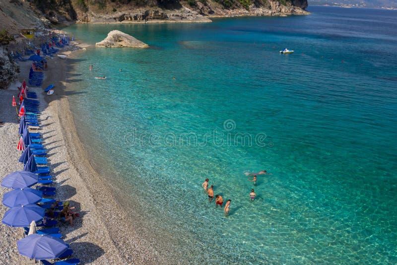 L'Albania, ksamil -17 luglio 2018 I turisti stanno riposando sulla spiaggia del Mar Ionio fotografia stock libera da diritti
