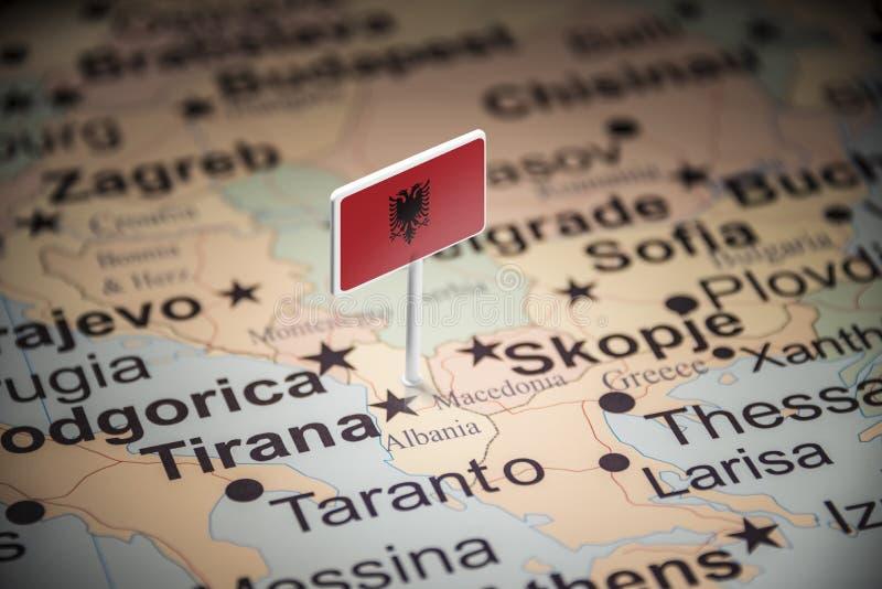 L'Albanie a identifié par un drapeau sur la carte photos libres de droits