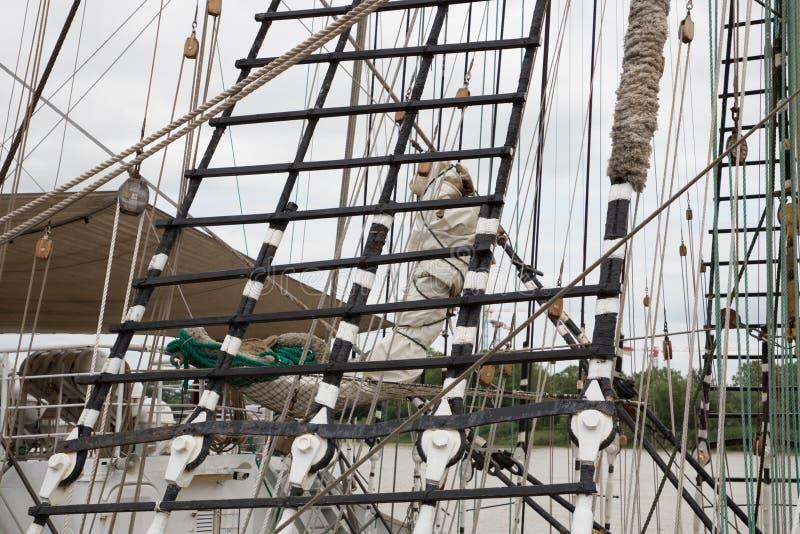 L'albero della nave ha dettagliato il sartiame con il blocchetto d'annata e l'attrezzatura della nave di navigazione delle vele immagine stock libera da diritti