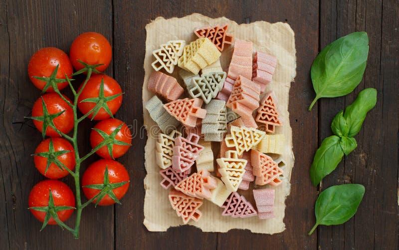 L'albero di abete tricolore ha modellato la pasta, i pomodori ed il basilico fotografia stock libera da diritti