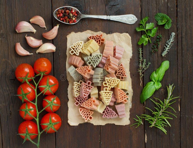 L'albero di abete tricolore ha modellato la pasta, le verdure e le erbe immagine stock