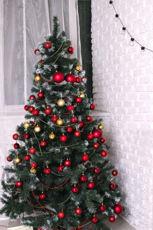 L'albero di Natale decorato dell'oro con i cuori artificiali della stella dell'ornamento della rappezzatura del golder presenta p immagine stock libera da diritti