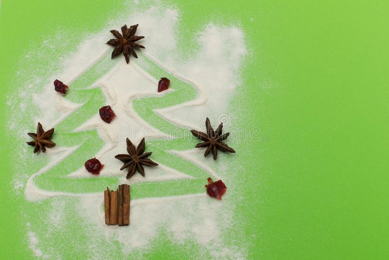 L'albero di Natale delle spezie della cannella e dell'anice modella su fondo verde immagine stock libera da diritti