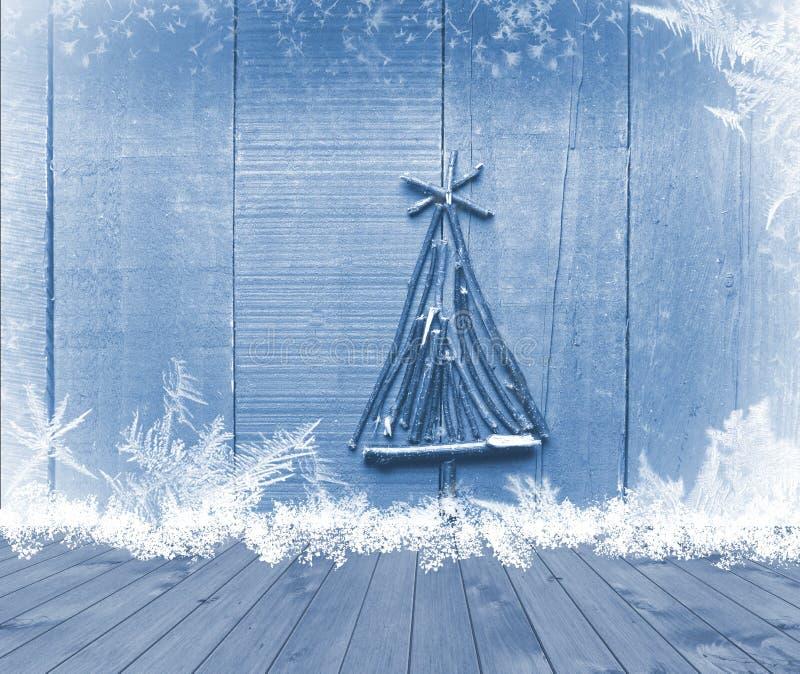 L'albero di Natale ha sistemato dai bastoni sulla tavola di legno vuota della piattaforma su fondo blu frizzante Ready per il mon immagini stock