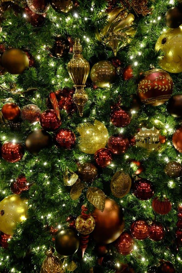 L'albero di Natale orna le decorazioni che celebrano le feste fotografia stock