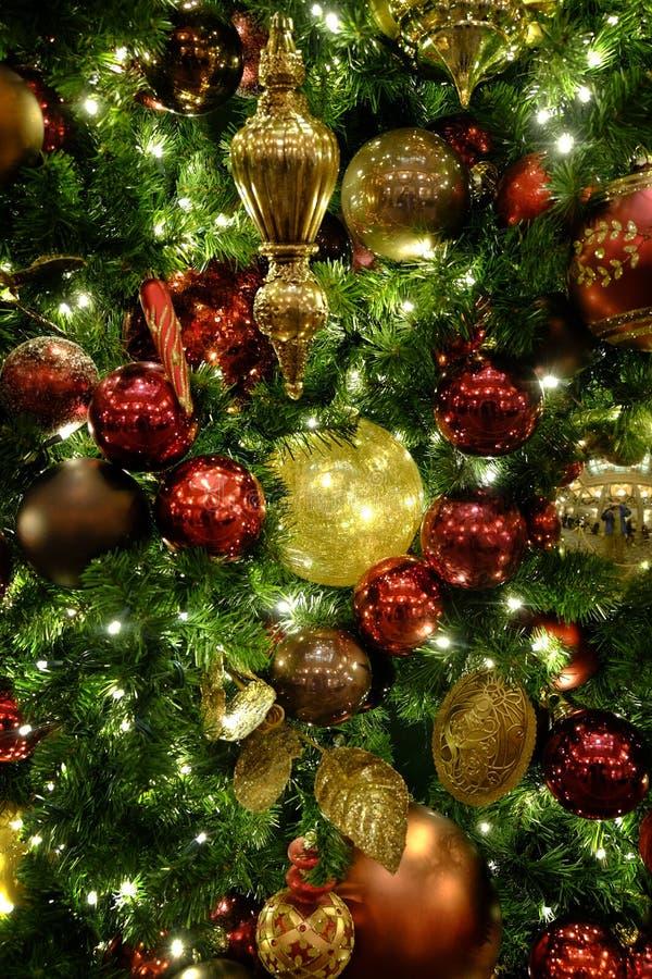 L'albero di Natale orna le decorazioni che celebrano le feste fotografia stock libera da diritti