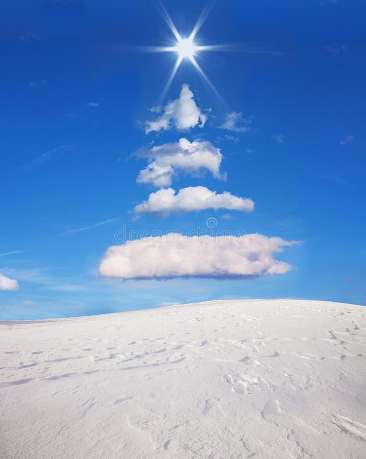 L'albero di Natale si è formato nel cielo con le nuvole ed il sole fotografia stock libera da diritti