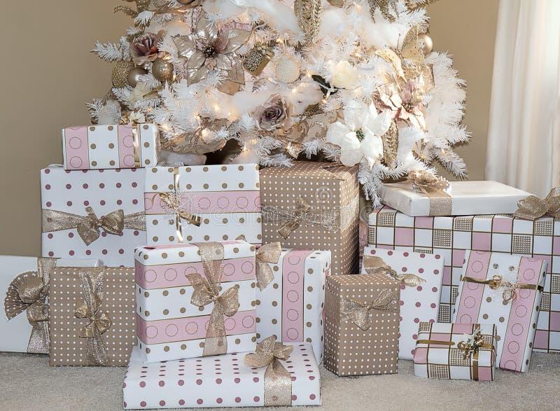 L'albero vago di natale bianco con arrossisce decorazioni rosa fotografia stock