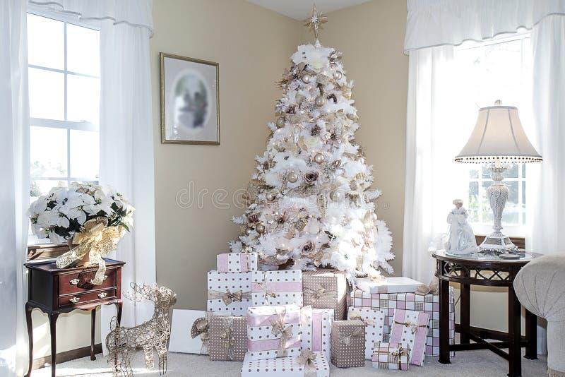 L'albero vago di natale bianco decorato dentro arrossisce Ornments rosa fotografie stock libere da diritti