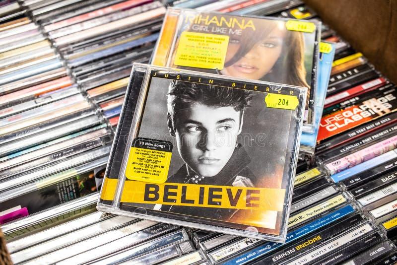 L'album de CD de Justin Bieber croient 2012 sur l'affichage ? vendre, le chanteur canadien c?l?bre et le compositeur photographie stock libre de droits
