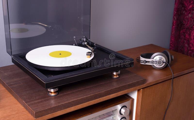 L'album dei dischi in vinile stereo a rotazione (Vintage Stereo Turntable) fotografia stock libera da diritti