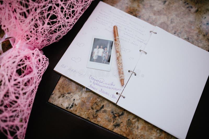 L'album pour des souhaits au mariage est sur la table image stock