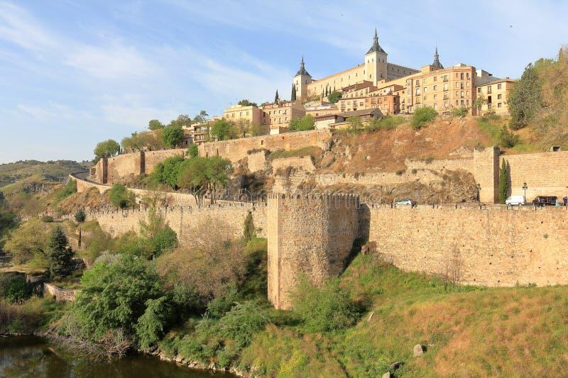 L'Alcazar le château et les murs de ville de Toledo photo libre de droits