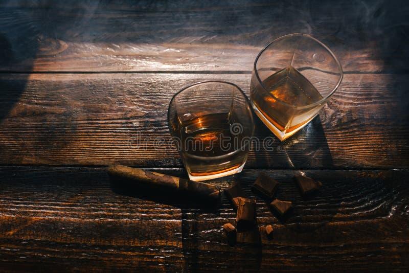 L'alcool boit le mode de vie de luxe indulgent de cigare photos stock