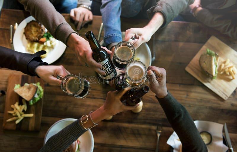 L'alcool de brew de boissons alcoolisées de bière de métier célèbrent le rafraîchissement photos libres de droits