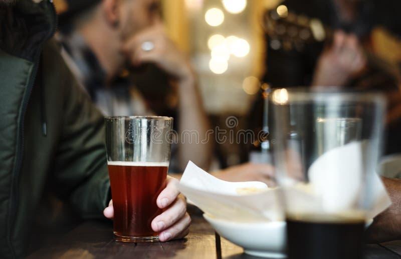 L'alcool di miscela delle bevande della birra del mestiere celebra il concetto del rinfresco fotografie stock libere da diritti
