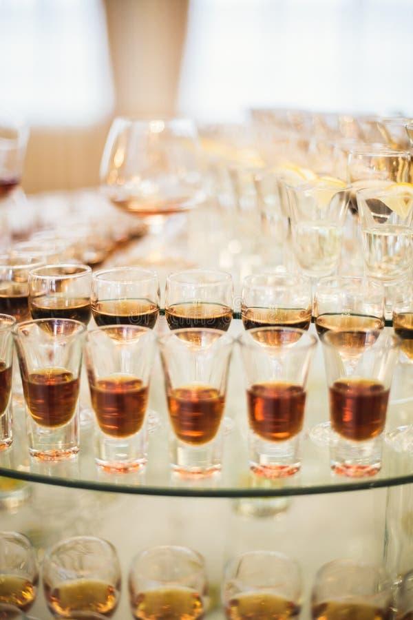 L'alcool différent boit en gobelets et verres de vin sur la table de buffet de mariage image stock