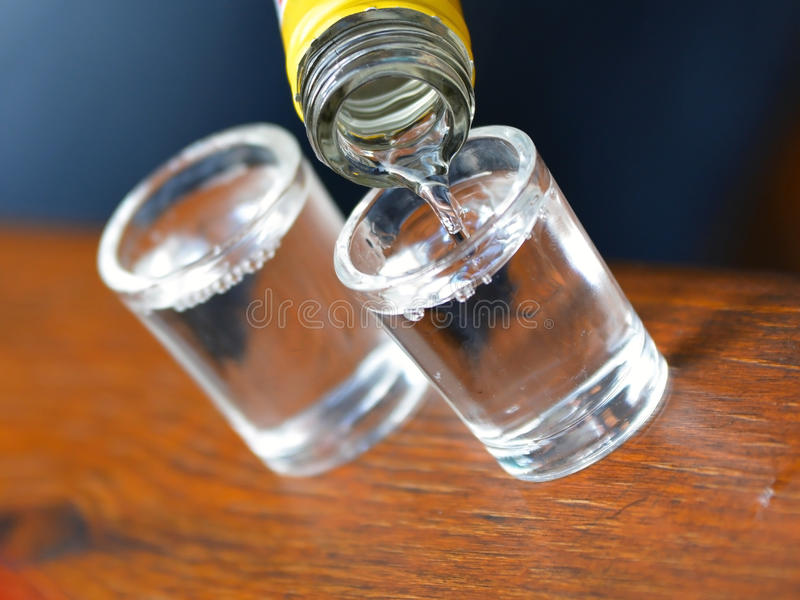 L'alcool ha versato in un vetro immagini stock