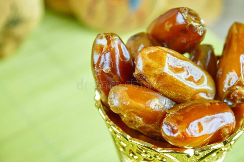 L'Algérien arabe doux date des fruits sur une tasse d'or photos stock